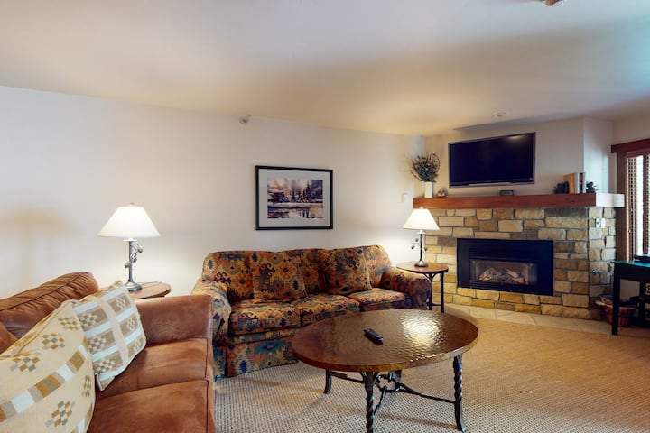 Lionshead Village chalet w/shared hot tubs/pool/WiFi + ski-in/ski-out location!