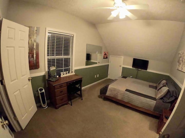Quiet/pet friendly 1BR, bathroom, & Loft space.