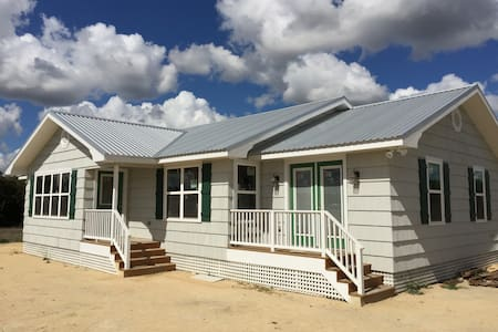 """The Beehive""  4 Bedroom House in Round Top Tx - Round Top - Σπίτι"