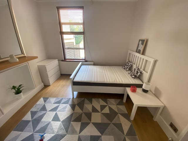 Lovely private bedroom yards from station zone 2