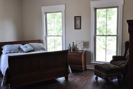 One Bedroom Apartment in Historic Home (3)