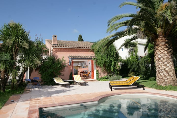 Villa dans un grand jardin avec belle piscine.