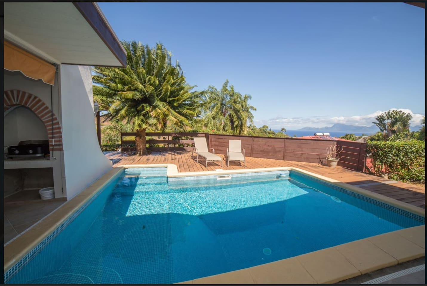 Piscine et terrasse devant la maison principale à votre disposition.
