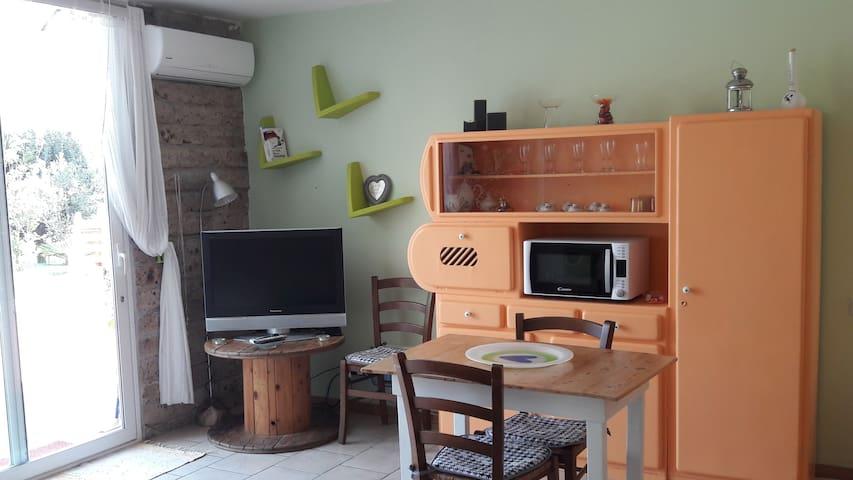 Tavolo, TV, Aria condizionata , forno microonde.