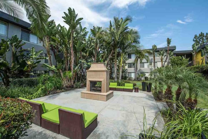 Cute fun apartment near CSUF, Disneyland, Knotts