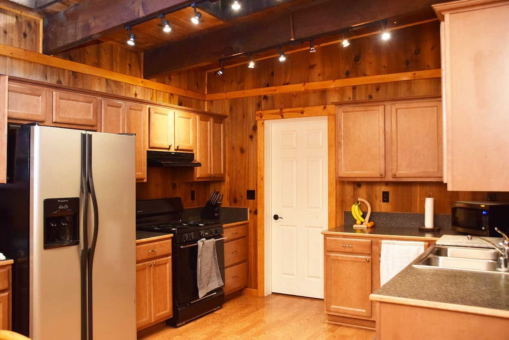 Any chef will love cooking at our gas stove with our fully equipped kitchen with oven toaster, Keurig, Refrigerator, dish washer, microwave, etc. During daytime, skylight lights up the whole room!