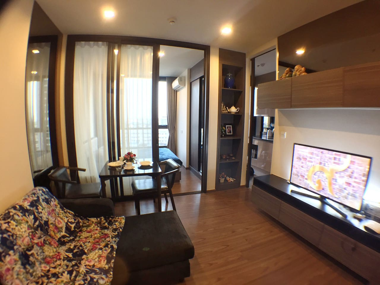Comfortable living room with Wi-Fi.