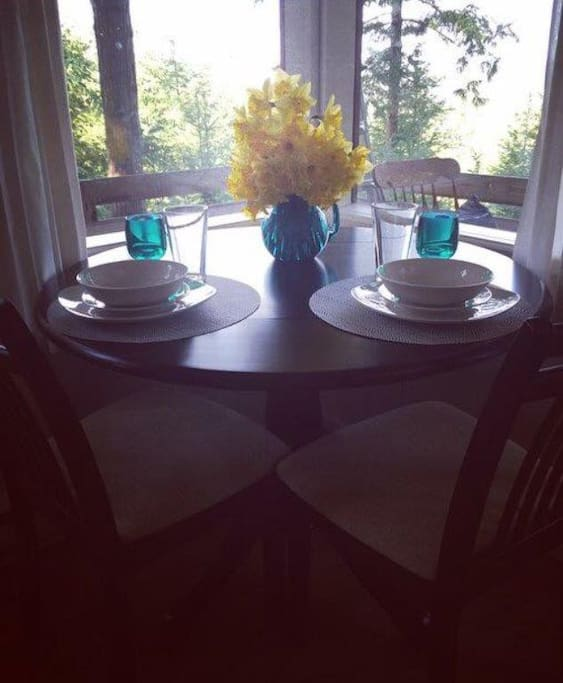 Cute little dining area with great views. Can be set for 4 people.