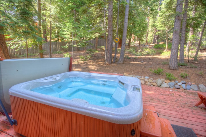 Private Remodeled Cabin w/Hot Tub, Deck, BBQ, Walk to Beach (NSH0847)