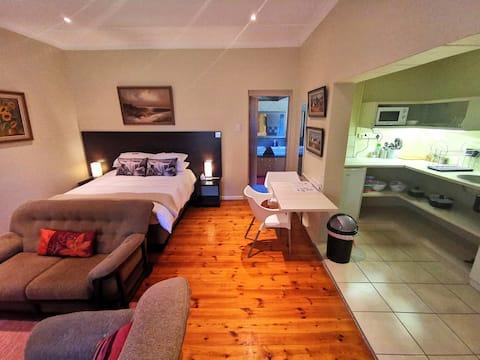 Cozy Manor nr.5 - Farm room - Aircon - DSTV - Wifi