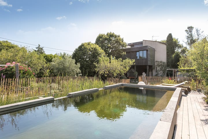 Maison avec piscine naturelle