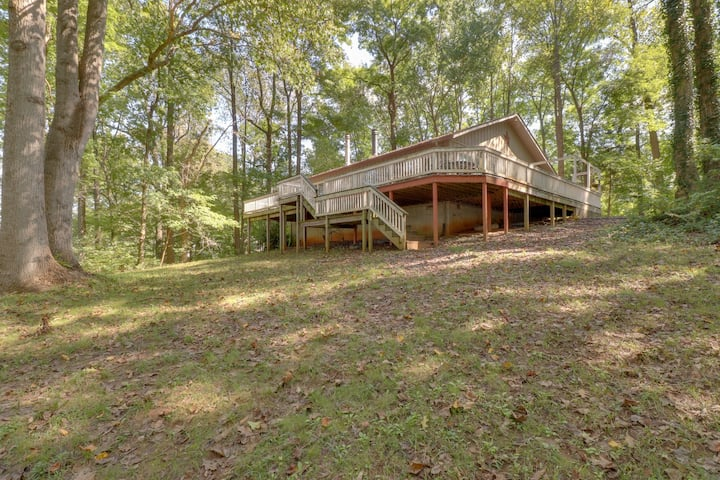 Lovely Home w/ granite counter tops, large yard, fire ring & dock