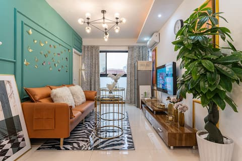 【 Rest assured - the house has been disinfected 】 Light Luxury Elegant # Walking distance to Hongyadong + Near Liberation Monument # River View Floor Window + Cozy 2BR Queen Bed Room.