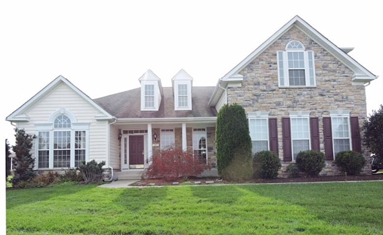 Spacious & Charming 4BR Milton Home - Milton - Hus