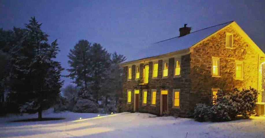 250yo Stone House COZY but SPACIOUS winter retreat