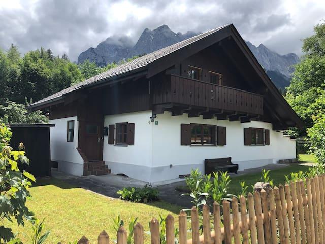 Haus am Fuße der Zugspitze mit Garten in Grainau