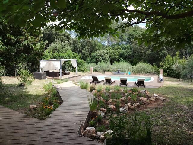 Maison très agréable avec piscine, site verdoyant