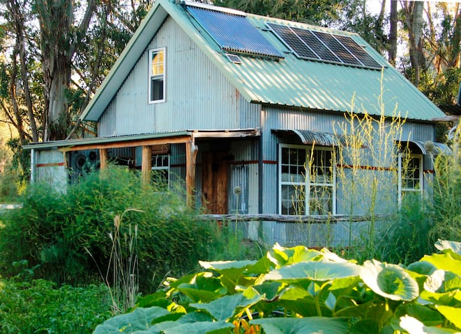 Solar-powered 'Tin Chalet' - Goongerah - บ้าน