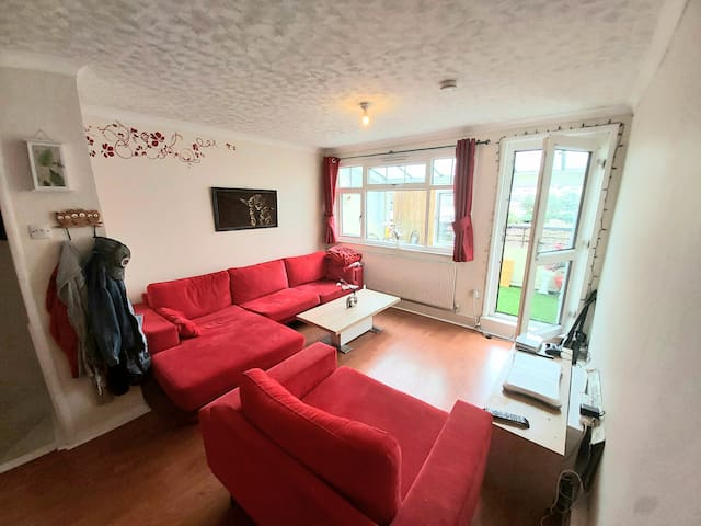 Double Room In A Relaxed Household Available