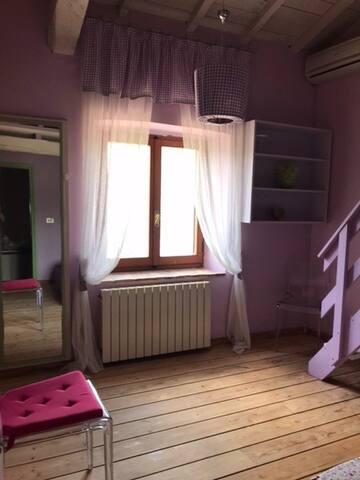 Camera da letto matrimoniale con soppalco attrezzato con letto singolo