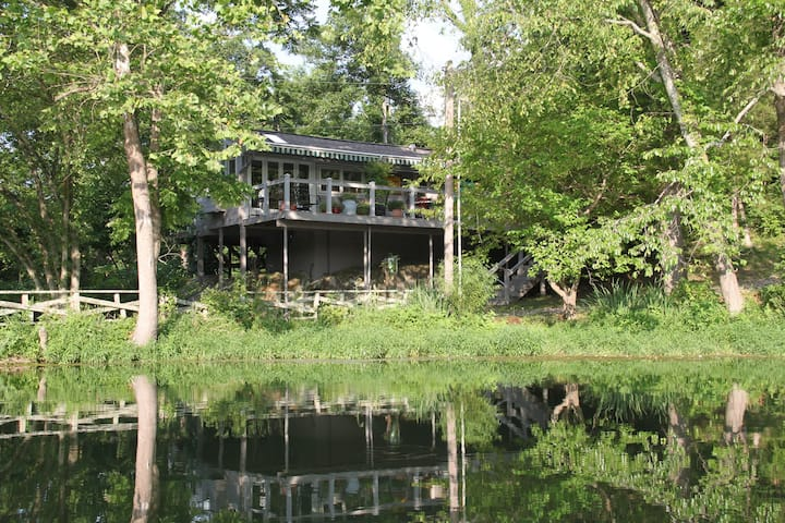 Waterside Cottage- Lake Lucerne #10 Lakefront Luxury w/ Outdoor Hot Tub- Couples, Historic Cabin