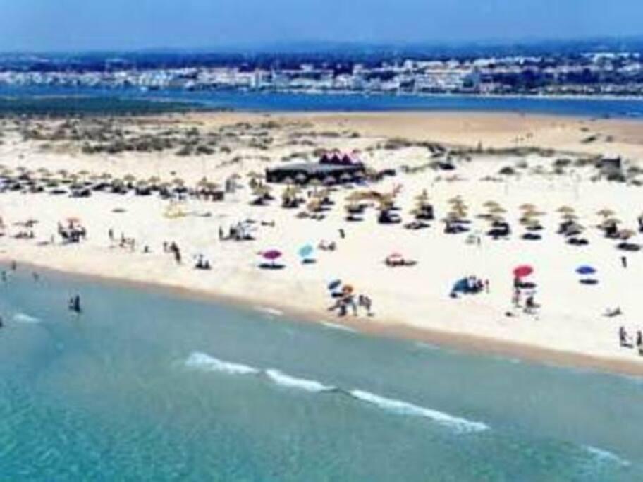 Playa (al fondo ría y pueblo Cabanas)