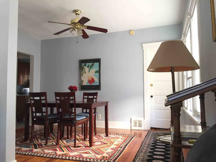 2BR apt 1.7 mile ClevClinc/UH/CWRU inLarchmere NBH