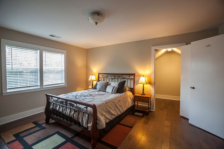 """""""Graceland East"""" Private BR/Bath, in great locale!"""