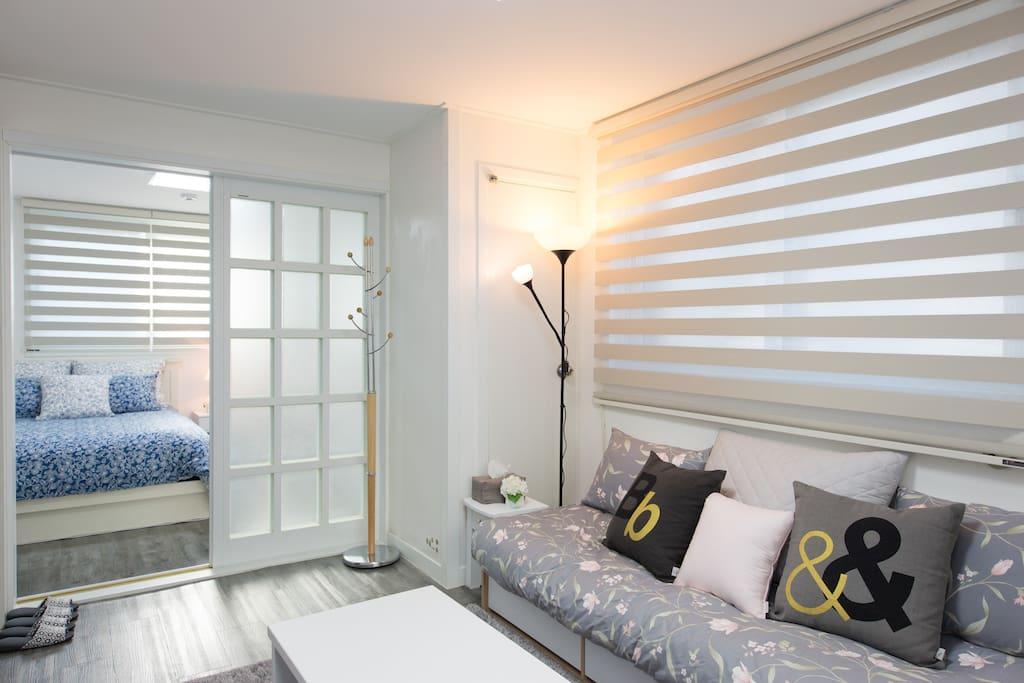 A warm and cozy living room 화이트 풍의 따뜻하고 포근한 분위기의 집