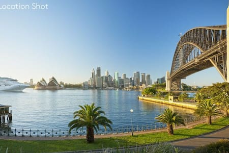 Spacious Designer Apartment with Private Courtyard - Kirribilli