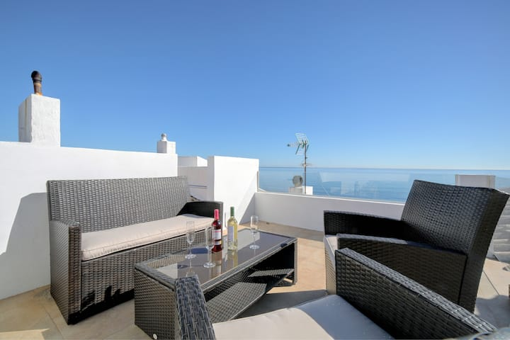 2 bed apt, stunning views over the Mediterranean