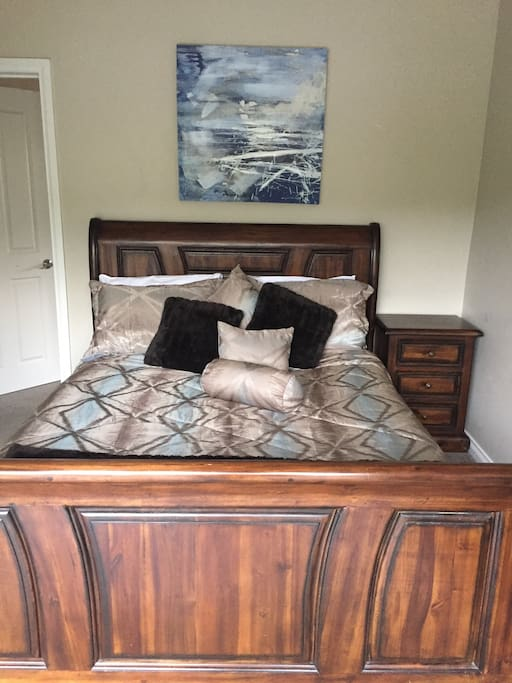 Gorgeous queen size bed. Quality sheets and fluffy towels.