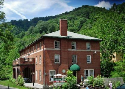 Elkhorn Inn & Theatre