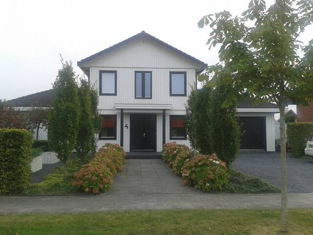 Leeuwarden (luxe villa aan open vaarwater) - Leeuwarden - Huvila