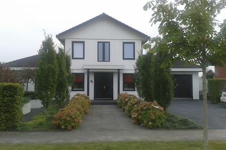 Leeuwarden (luxe villa aan open vaarwater) - Leeuwarden