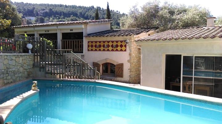 Jolie maison provençale avec piscine
