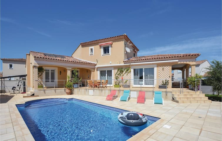 Holiday cottage with 5 bedrooms on 240m² in Saint-Gilles