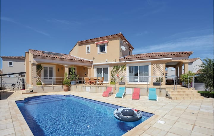 Stunning home in Saint-Gilles with WiFi, 5 Bedrooms and Outdoor swimming pool