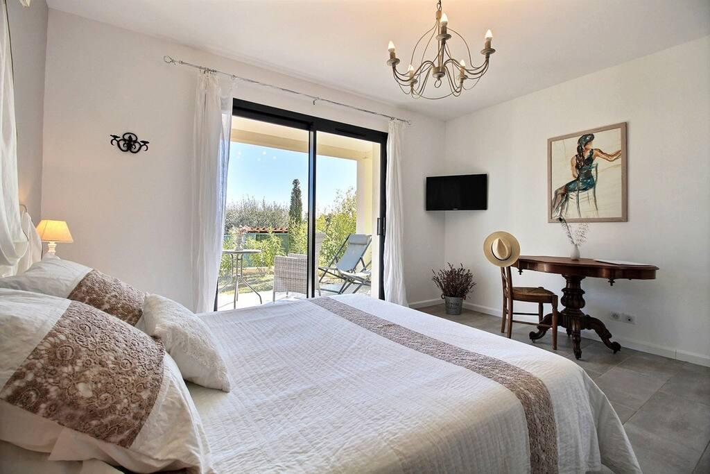 Chambre aux douces tonalités de beige et blanc dans un esprit très romantique
