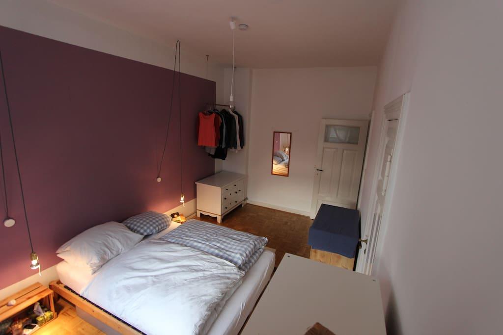Das ruhige Schlafzimmer mit direktem Zugang zum Badezimmer