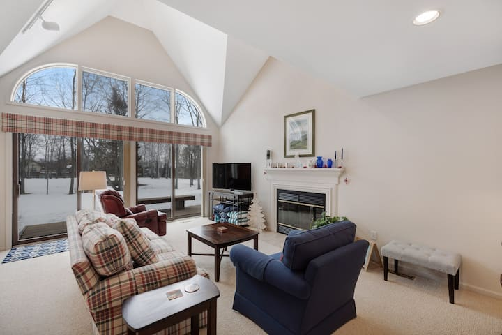 Spacious golf front condo w/ full kitchen & deck- walking distance to clubhouse!