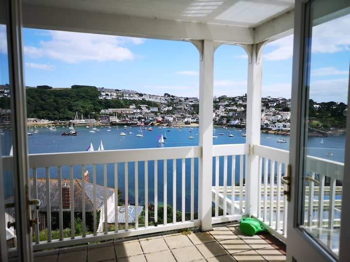 SEA BLUE Stunning views, 2 bed, sleeps 4, parking.