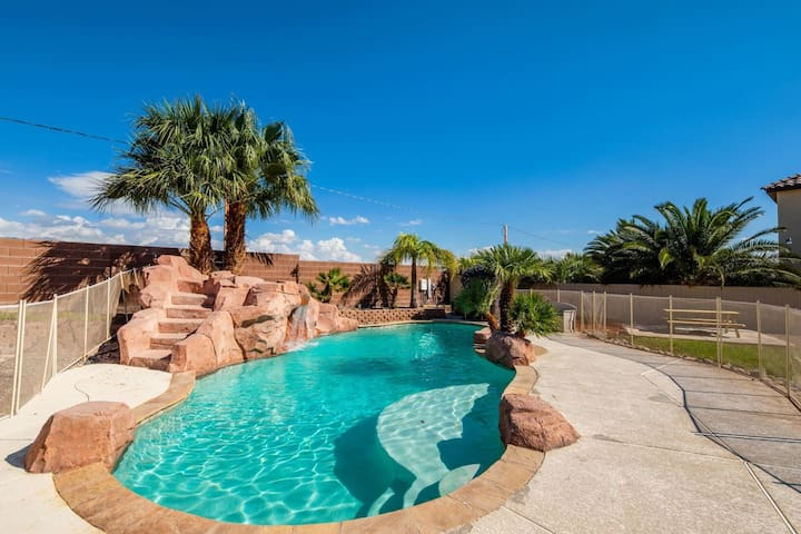 Stunning Vegas Oasis ★ Pool Table & Swimming Pool!