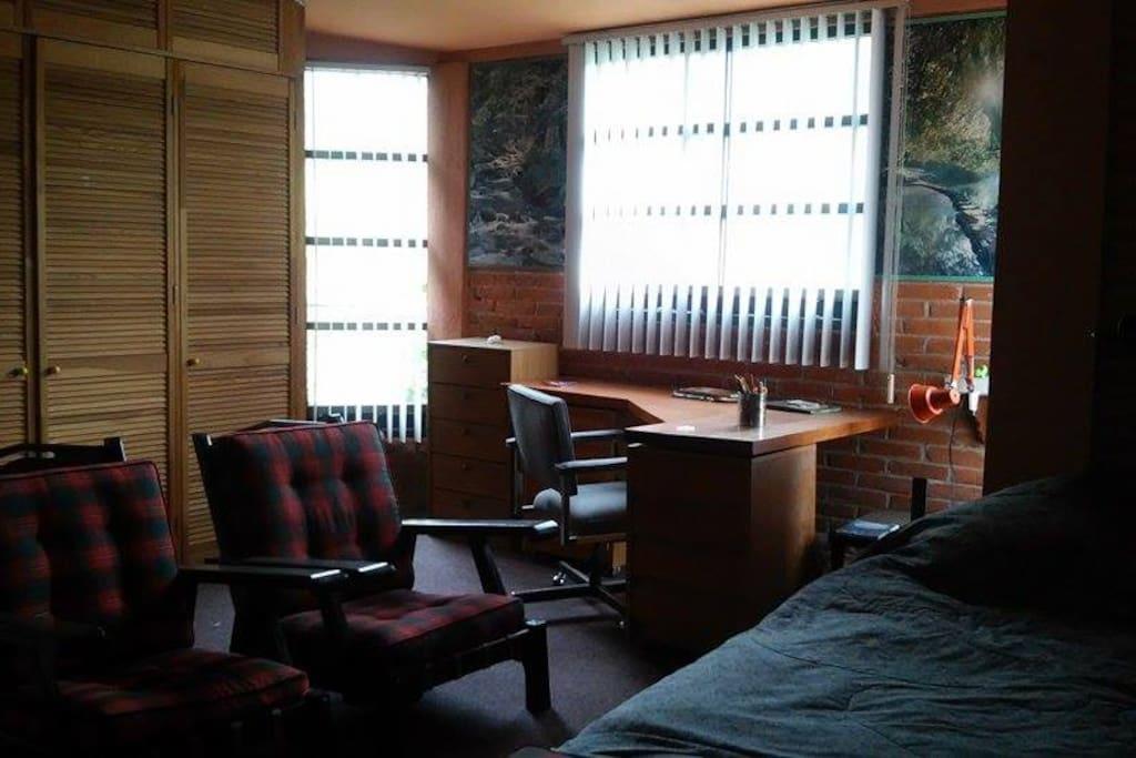 Vista al bosque, Baño independiente, muy amplia e iluminada, wi-fi, escritorio universitario, closet amplio, alfombrada, libreros y tv.