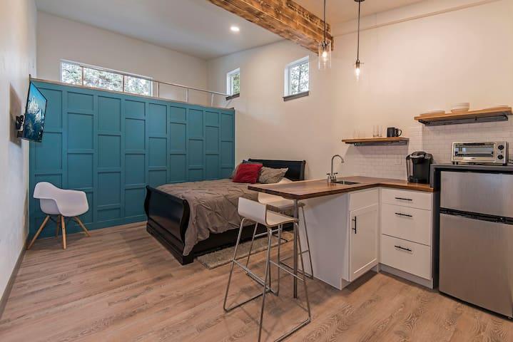 Updated Modern Studio in Mid-Town
