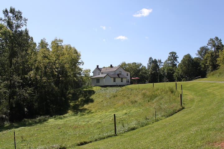 Linwood Home - Secluded 1800's Farmhouse