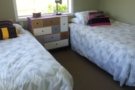 Sunny, comfortable room close to Chartwell mall. - Hamilton