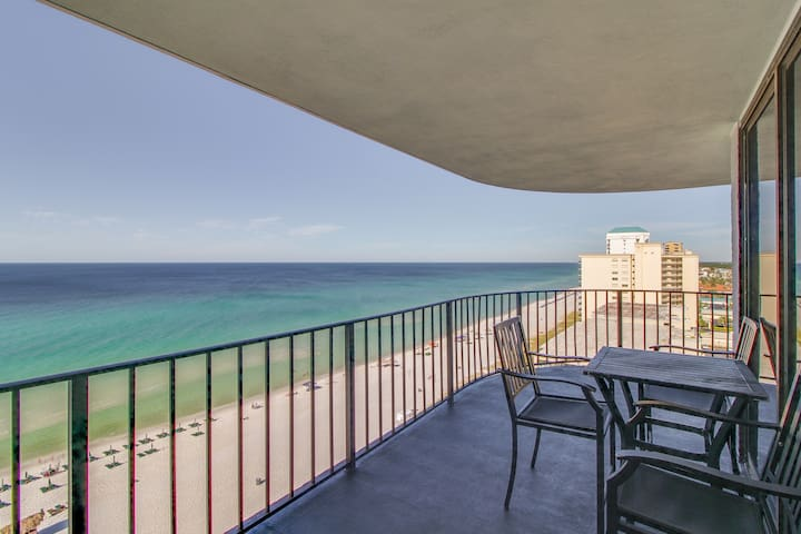 Waterfront condo w/ beach access, shared pool/hot tub - great for snowbirds!