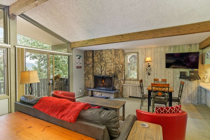 New Listing!  Large Slopeside Studio. Great For Couple Or Small Family.  Outdoor Pool, HT, Parking