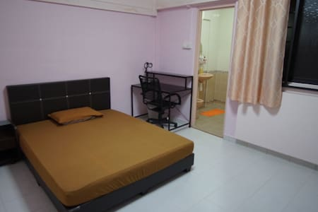 Clean Spacious Nr MRT STATION Room (FEMALES ONLY)